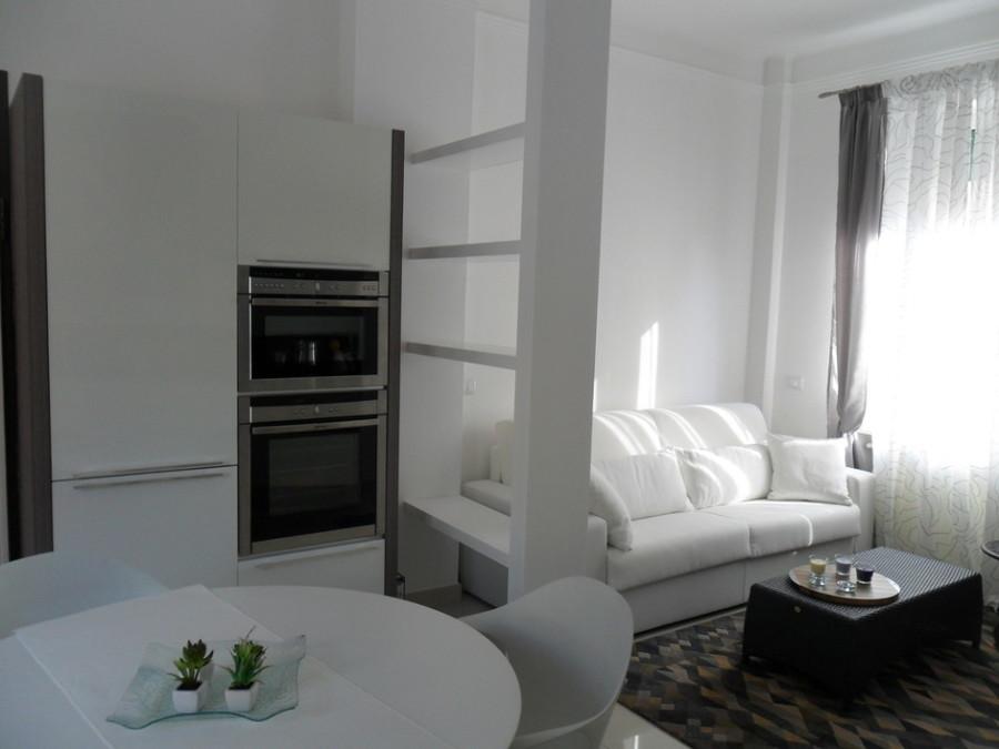 Librerie Dietro Al Divano : Come arredare una parete dietro al divano interesting divano di
