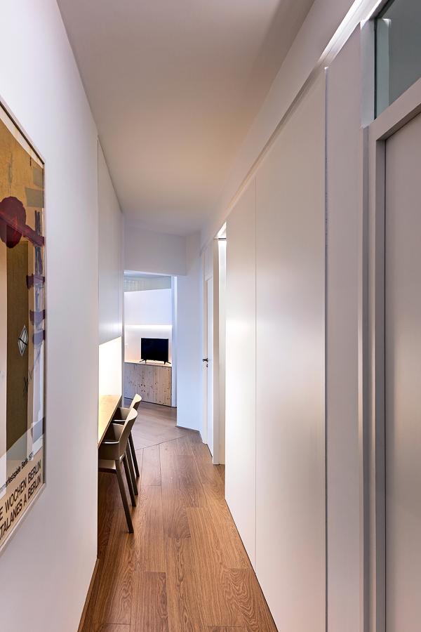 Corridoio lungo e stretto colore pareti corridoi come for Arredare un corridoio stretto