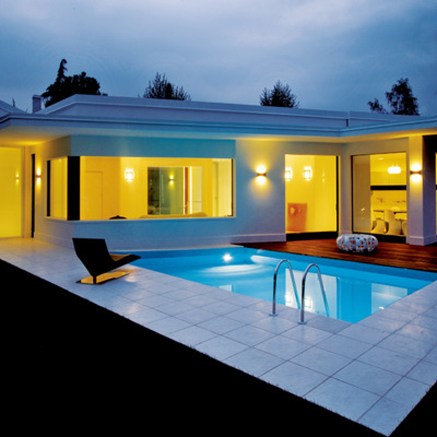 Case moderne con piscina xh82 regardsdefemmes for Progetti ville bifamiliari moderne
