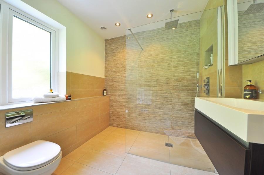 Meglio scegliere il soffione da soffitto o da parete?
