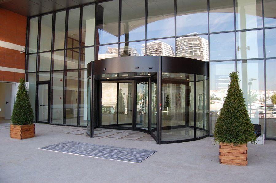 Porta girevole di ingresso a un centro commerciale