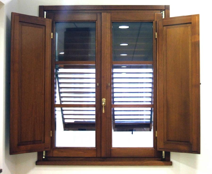 Finestra in legno con doppi vetri