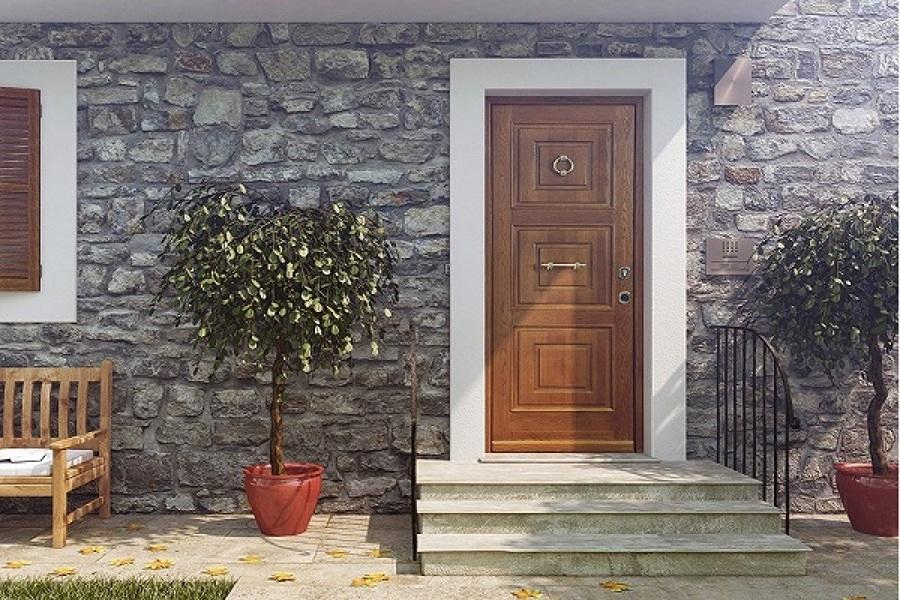 Installare porta d'ingresso in legno lamellare