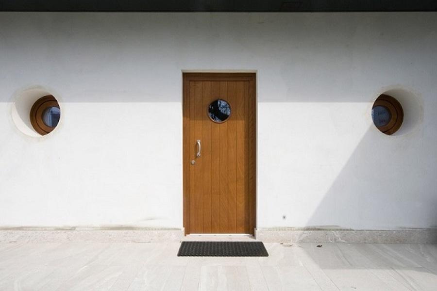 Installare porta d'ingresso in legno tamburato