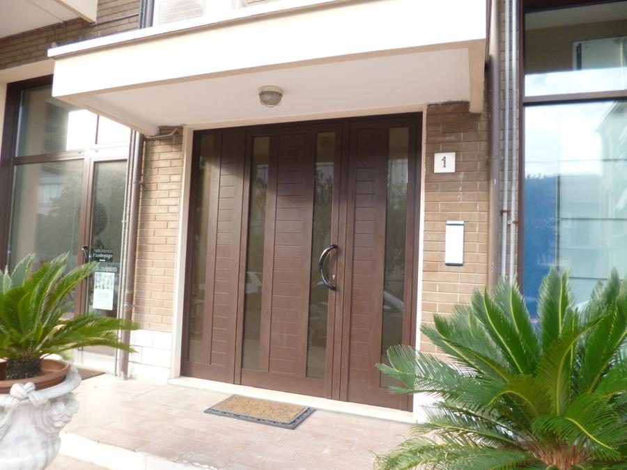 Installazione portone di ingresso per manutenzione condomini