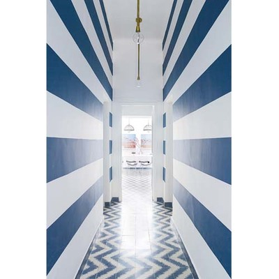 Dipingere il corridoio con contrasto a righe