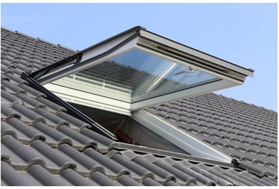 Riparare finestra tetto o lucernario prezzo e preventivi for Finestre per tetto