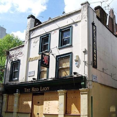 Prima: la facciata di un pub in rovina