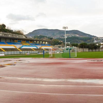 Campo da calcio in terra battuta