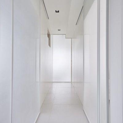 Dipingere il corridoio con il total white