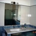 Bagno con lavabo sotto piano in marmo di Carrara