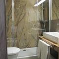 Bagno con rivestimenti marmo