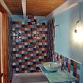 Bagno in camera da letto con piastrelle di cotto artigianale