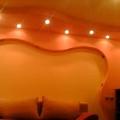 cartongesso stile ondulato in un salotto moderno