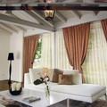 casale formello arredato con divani e tendaggi