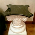 Colonnina in gesso con piana in Marmo de La Bottega degli Stucchi