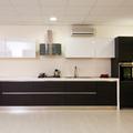cucina rovere grigio con pensili laccato lucido bianco con colonna forno e colonna frigo