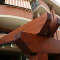 Dettaglio pergola retraibile in alluminio rivestita in legno