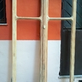finestra sverniciata in lavorazione