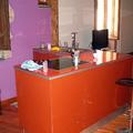 La cucina Caesar in vetro temperato arancione è dotata di un piano cottura supertecnologico con fuochi ad induzione elettrica