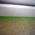 Luce soffusa e gola luminosa dietro con led colorati e parete testa letto parato