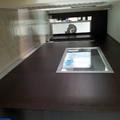 Parete lungo il corridoio con finestra con profili in alluminio satinato