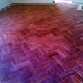 pavimento a spina o lisca di pesce in travertino rosso