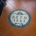 pavimento in gres con inserto in mosaico