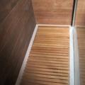 Piatto doccia filo pavimento con pedana in legno su misura