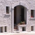 Rivestimento di parete con pietra grezza (granito)