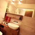 Piccolo appartamento: bagno con mobili su misura