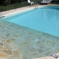 piscina con spiaggetta idromassaggio con pietra Tomol