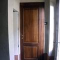 Porta in legno a due pannelli bugnati