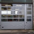 """Portone sezionale industriale """"FULL VISION"""" con portina pedonale laterale"""