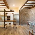 Legno, acciaio e mattoni a vista: uno spazio caldo ed accogliente