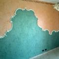 rivestimento con cornici in gesso in una parete letto