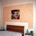 rivestimento con gesso in una parete letto