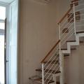 Scala con struttura in ferro e gradini in legno