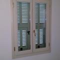 serramento con persiana in legno color bianco
