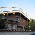 sopraelevazione con tetto in legno durante