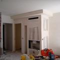 termocamino stile moderno con porta legna laterale