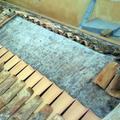 Tetto in legno con tessuto e coppi.