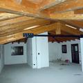 un tetto in legno lamellare