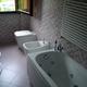 Bagno con sanitari e vasca