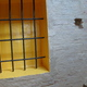 parete in mattoni con grata in ferro