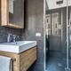 Nero e legno per un bagno di carattere.