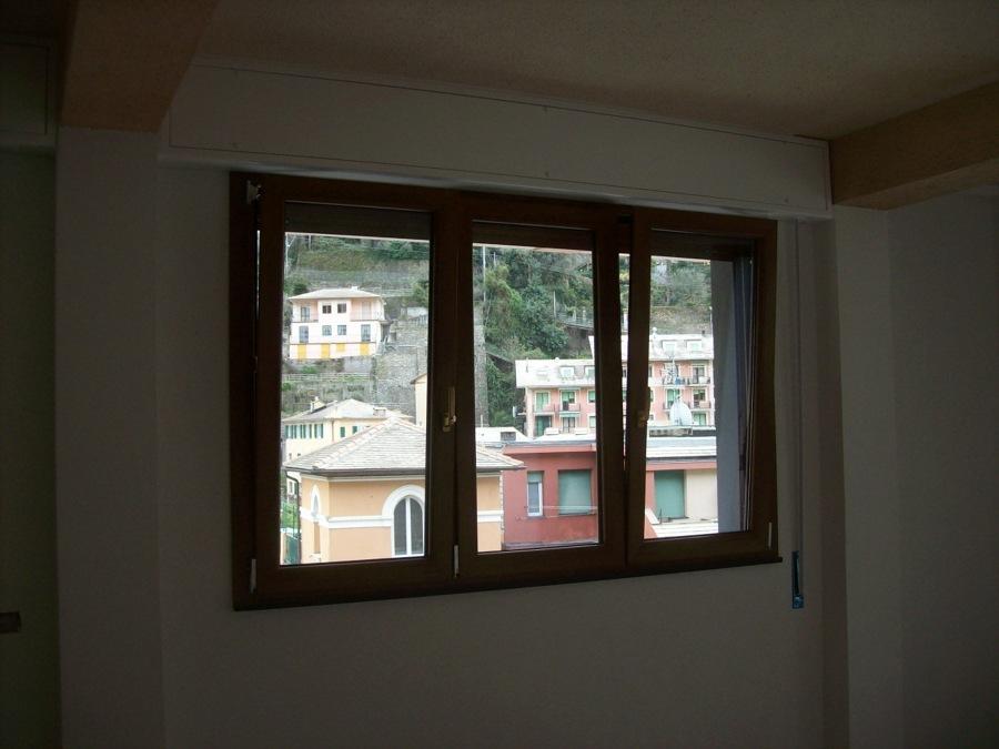 Foto finestra a tre ante in tinta legno di infissi e for Finestra scorrevole a tre ante