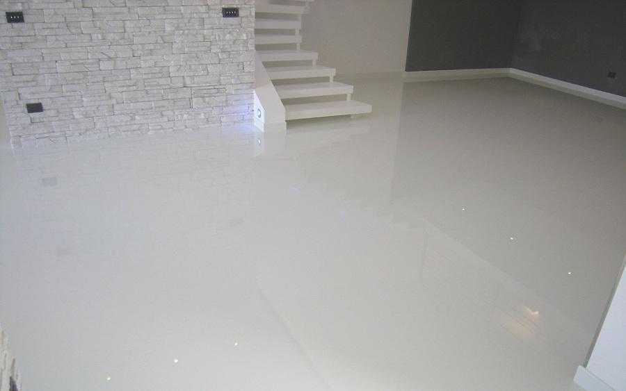 Foto pavimento in resina autolivellante bianco lucido di - Smalto per vasca da bagno prezzi ...