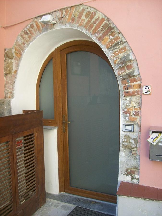 Foto porta d 39 entrata ad arco in tinta legno di a p agente - Porta ad arco ...