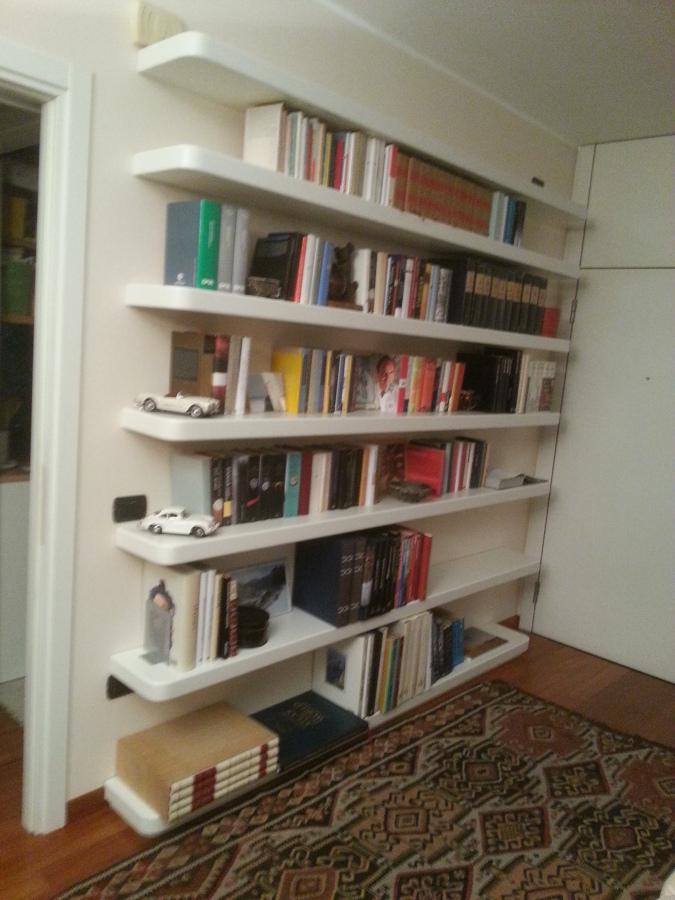 Foto ripiani libreria con mensole a scomparsa di for Librerie bianche